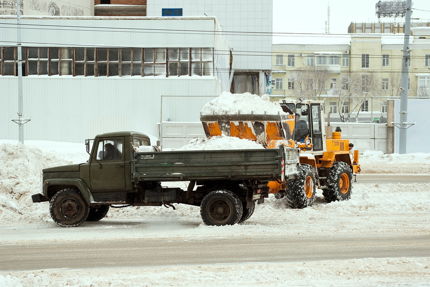 Уборка и вывоз снега в Москве, уборка снега недорого title=